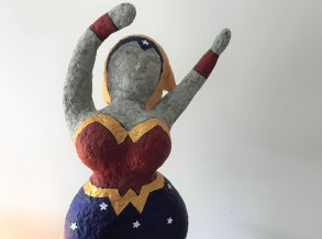 wonder super woman papier maché sculpture peinture vieille morue 3