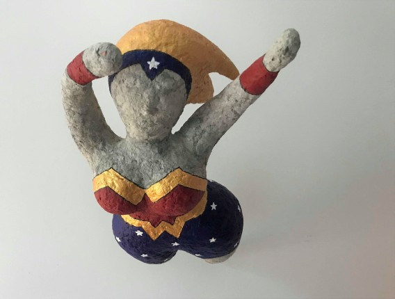 wonder super woman papier maché sculpture peinture vieille morue 8