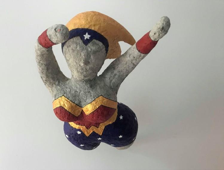 wonder super woman papier maché sculpture peinture vieille morue 8