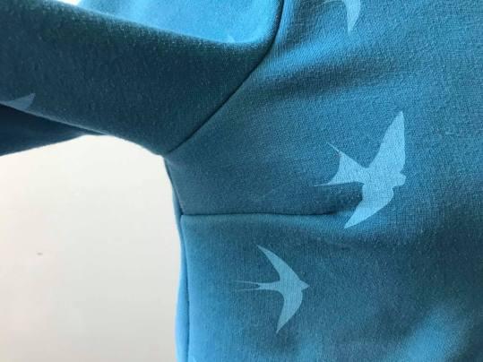 so sweet sweat delphine et morissette couture patron tissu bleu motif oiseau vieille morue 8