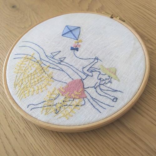 vent d'été marion romain broderie embroidey dmc femme cerf volant mondial tissu tambour motif broder vieille morue 3