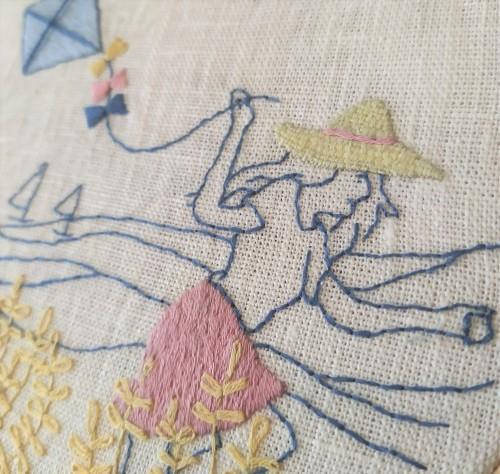 vent d'été marion romain broderie embroidey dmc femme cerf volant mondial tissu tambour motif broder vieille morue 5